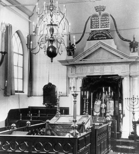het interieur van de joodse synagoge aan de turfmarkt circa 1935